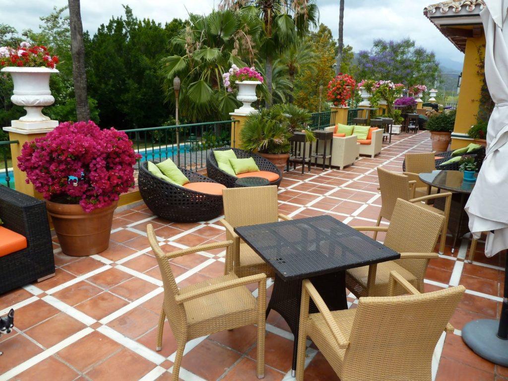 tennis-tourist-Manolo-Santana-Racquet-Club-Marbella-patio-teri-church