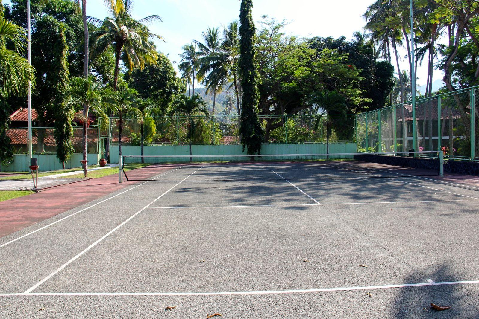 tennis-tourist-senggigi-lombok-poolvillaclub-tennis-court-teri-church