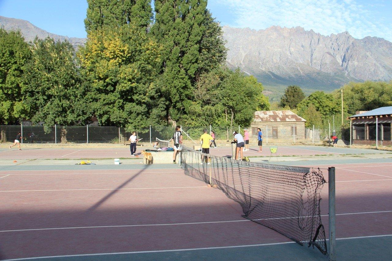 tennis-tourist-cancha-de-tenis-el-bolson-argentina-teri-church