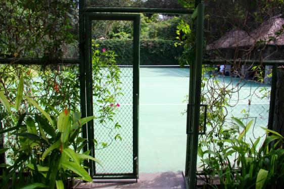 tennis-tourist-bali-maya-ubud-tennis-court-gate-teri-church