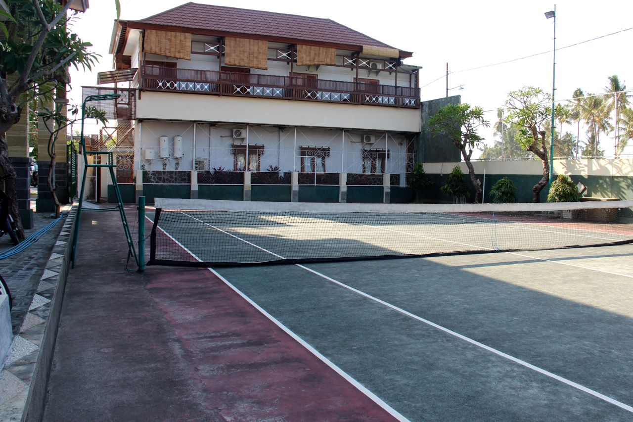 tennis-tourist-bali-taman-lovina-tennis-court-hotel-teri-church