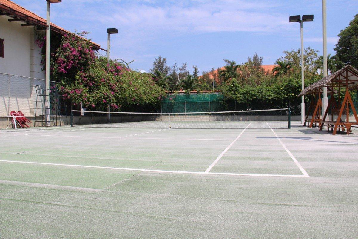 tennis-tourist-furama-hotel-tennis-court-net-teri-church
